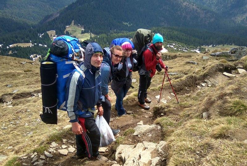 Чотири туристи на схилі гори