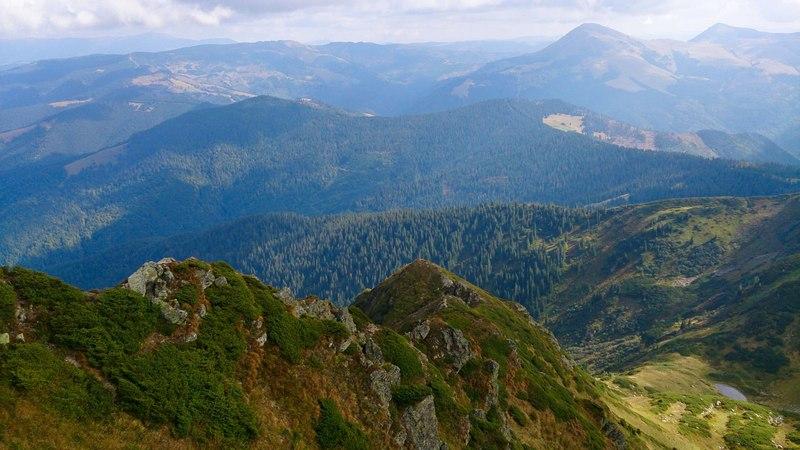 Сонячний день у Карпатських горах