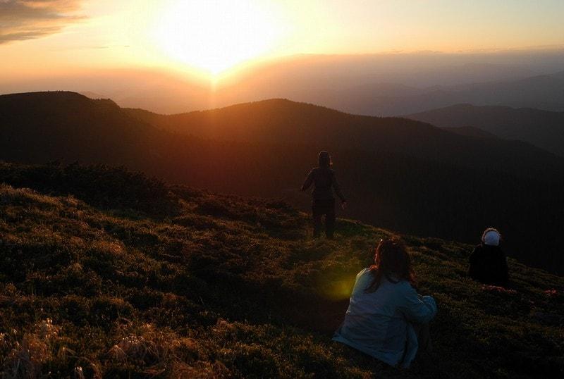 Дівчина на заході сонця в Карпатах