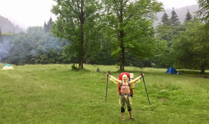 Туристка в Карпатських горах