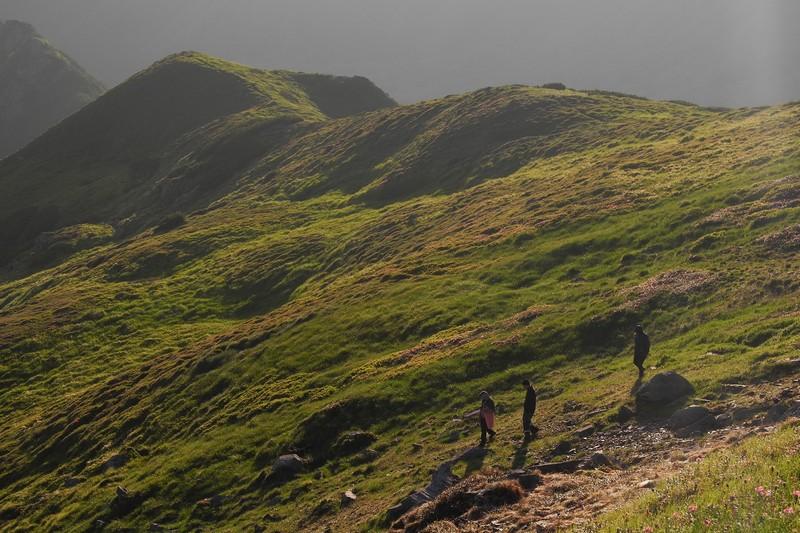 Туристи на заході сонця в Карпатах