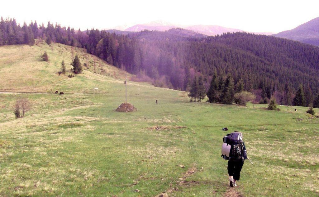 Туристка в горах Карпат
