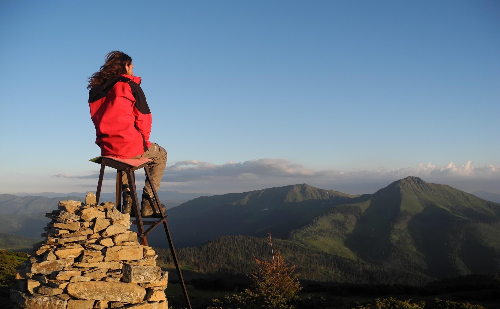 Турист на вершині гори