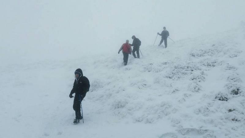 Группа туристов в Карпатах зимой
