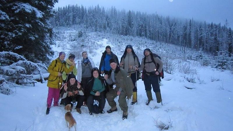 група туристів йде на Говерлу