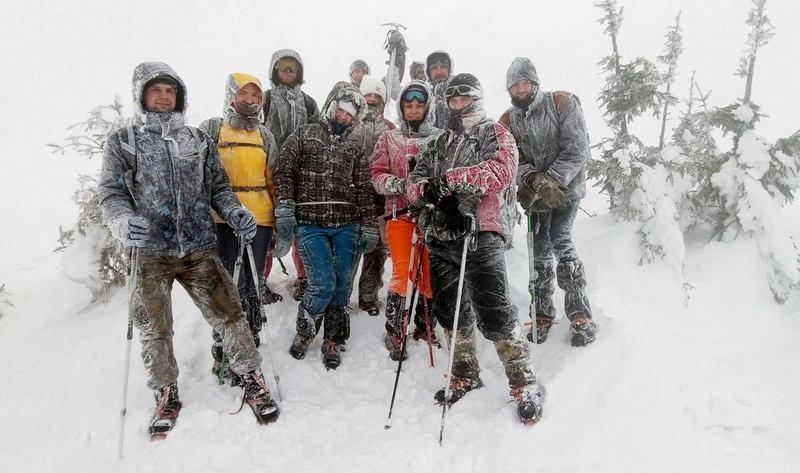 Група туристів на зимовій Говерлі