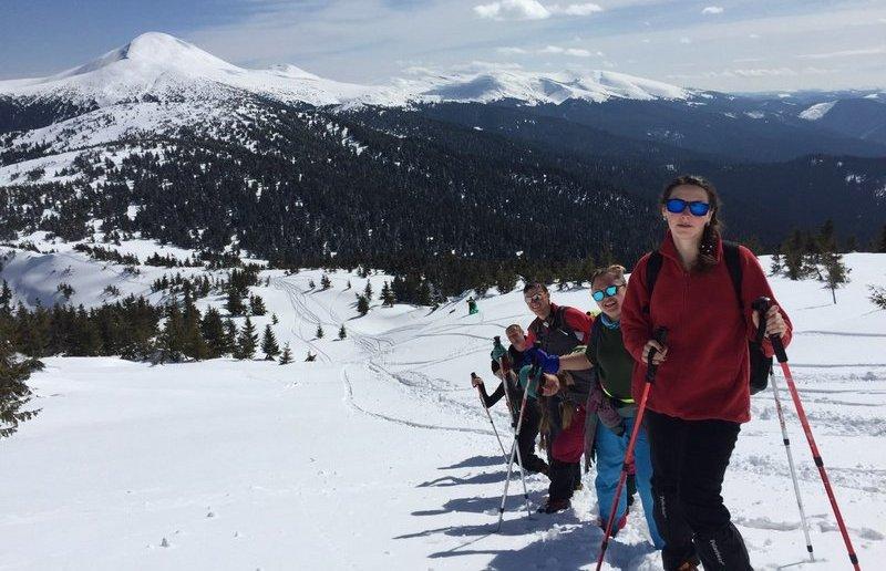 Туристи на фоні зимової Говерли