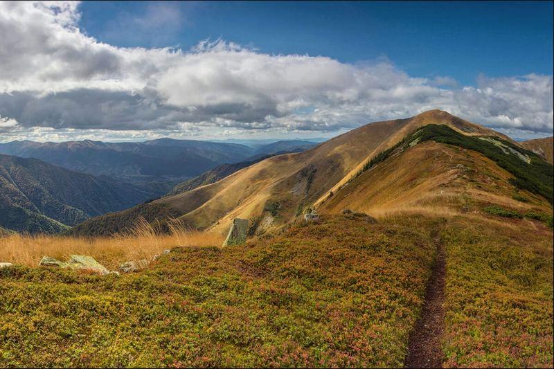 Гірський хребет в Карпатах