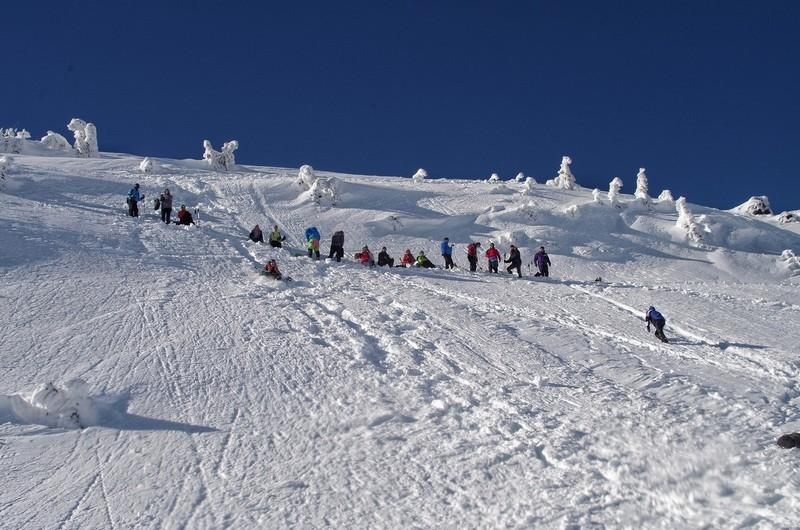 Туристи на схилі гори